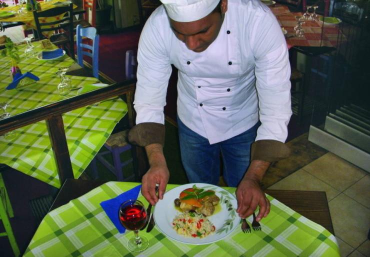Ο chef Μανώλης Ακριβός μαγειρεύει χοιρινό με πορτοκάλι