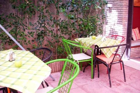 """Ένα από τα πιο ξεχωριστά μεζεδοπωλεία-εστιατόρια της πόλης, η """"Καβάτζα"""" στο Χαλάνδρι, άνοιξε τον κήπo του"""