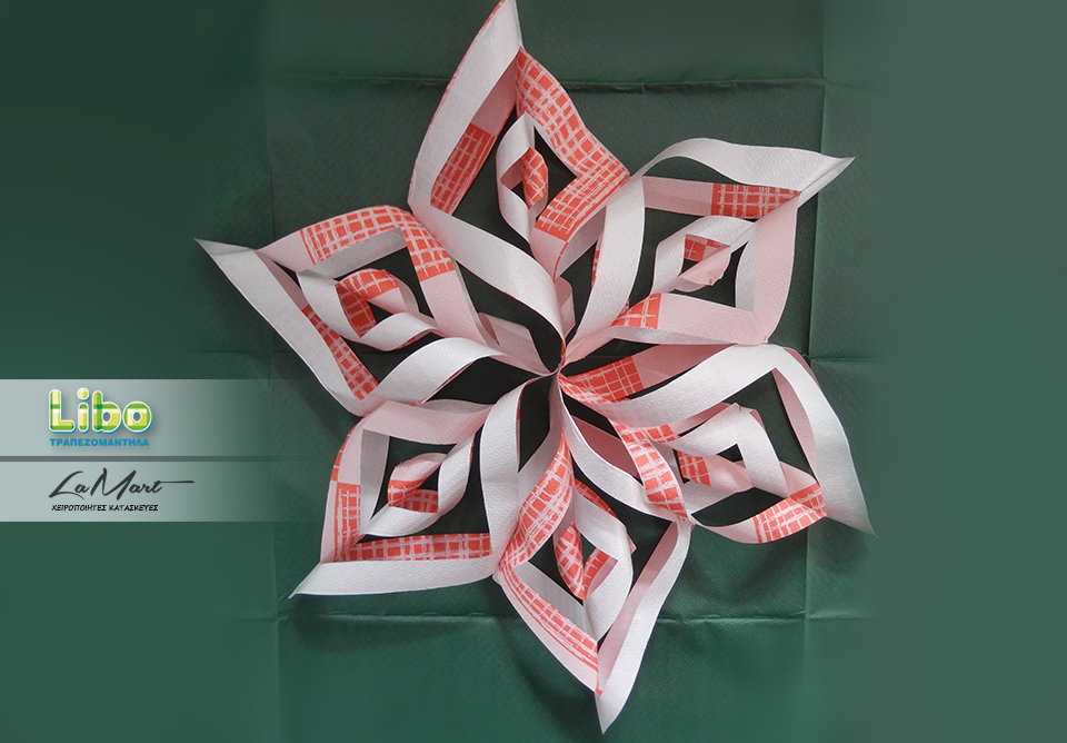 Για να κατασκευάσουμε το αστέρι, θα πρέπει να κόψουμε 6 μεγάλα κομμάτια από τα χάρτινα τραπεζομάντηλα